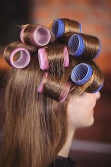 Femme, à, rouleau cheveux, sur, cheveux