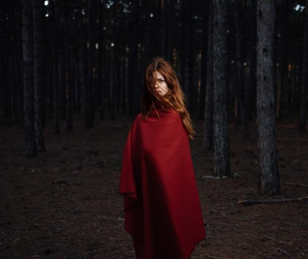 Femme rousse à carreaux rouge forêt liberté nature