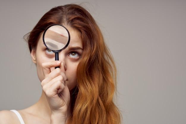 Femme rousse cosmétologie soins de la peau puberté fond isolé