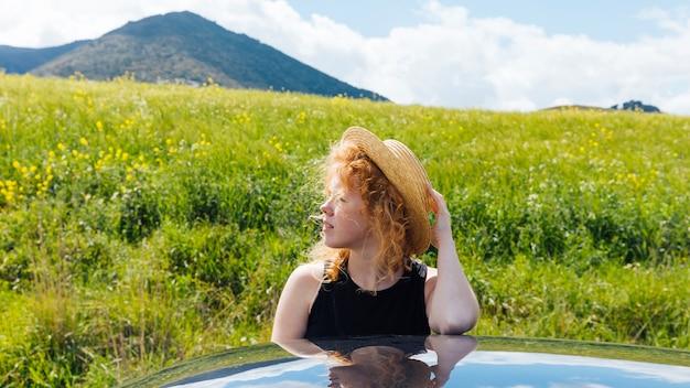 Femme rousse dans nature