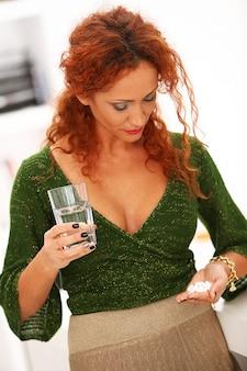 Femme rousse eau potable