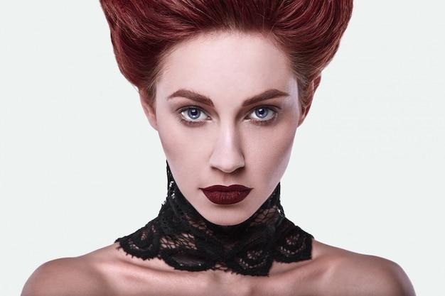 Femme rousse élégante beauté avec coiffure et porter des bijoux de collier