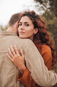Femme rousse étreignant son petit ami