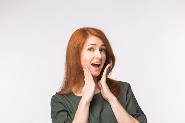 Femme rousse heureuse excitée
