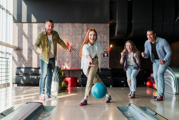 Femme rousse, lancer, boule bowling, allée