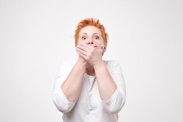 Femme rousse mature dans une chemise blanche