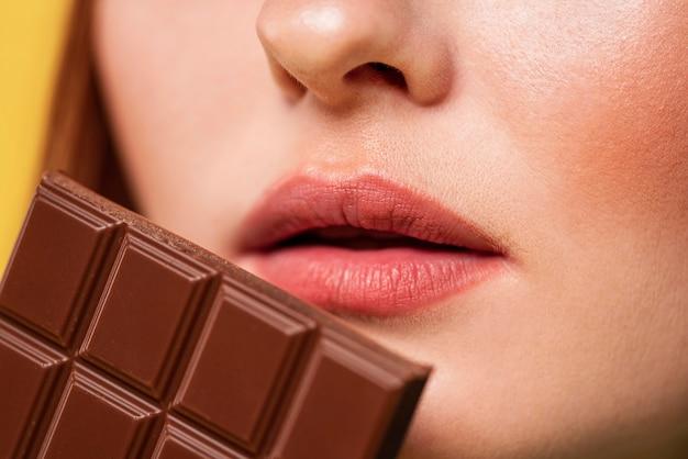 Femme rousse posant avec du chocolat