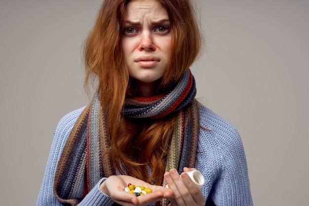 Femme rousse problèmes de santé température fond isolé