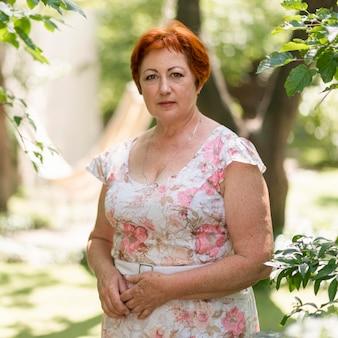 Femme rousse en robe à fleurs