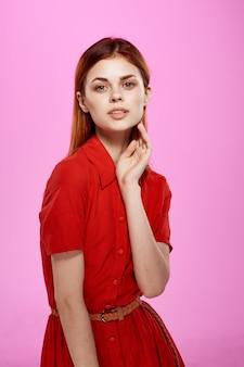 Femme rousse en robe rouge fashion style élégant fond isolé
