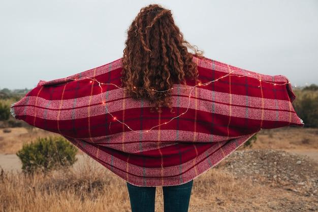 Femme rousse vue de dos avec un foulard
