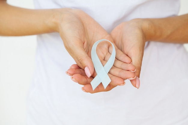 Femme avec ruban bleu, sensibilisation au cancer de la prostate.