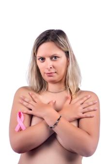 Femme avec ruban de cancer du sein