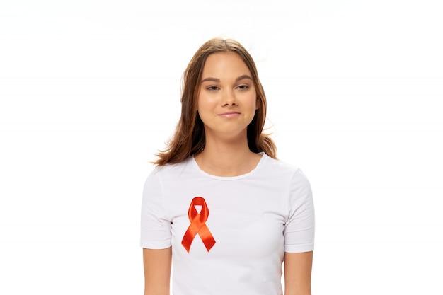 Femme avec ruban dans ses mains, journée du cancer du sein, cancer des organes féminins, journée du cancer