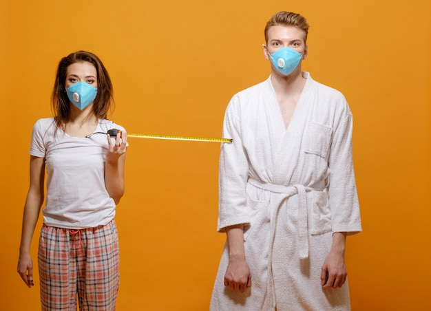 Femme avec ruban à mesurer sur la distance de sécurité, pandémie de coronavirus, quarantaine à domicile
