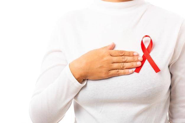 Femme avec ruban rouge de sensibilisation au vih sida sur la poitrine