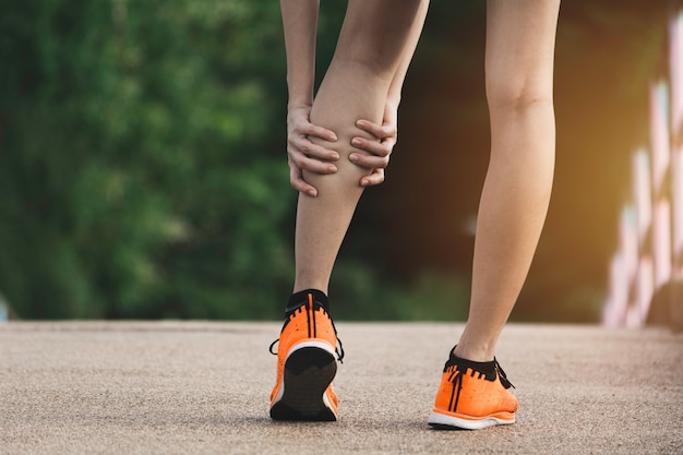 La femme s'accroche à une mauvaise jambe. t
