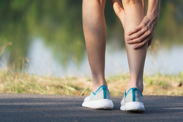 La femme s'accroche à une mauvaise jambe.