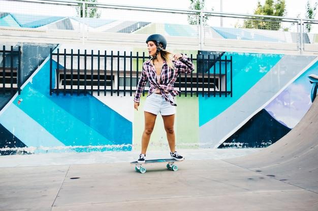 Femme s'amuser avec le patin
