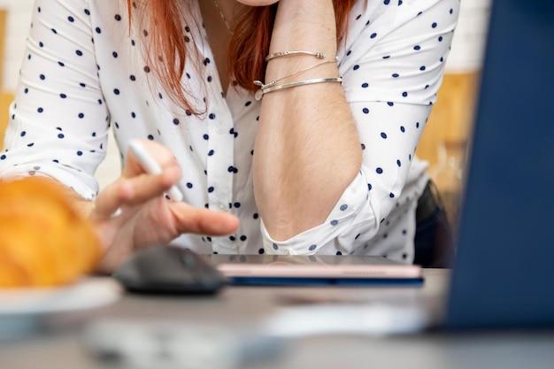 La femme s'appuie sur une tablette numérique avec un écran tactile sans gros plan du visage