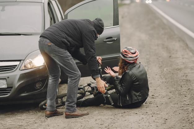 La femme s'est écrasée dans la voiture. fille dans un casque.
