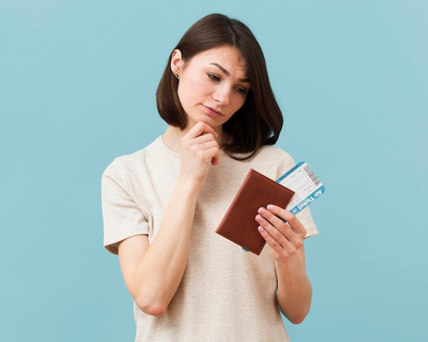 Une femme s'inquiète de ne pas utiliser ses billets d'avion