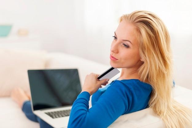 Femme s'interrogeant sur les achats en ligne