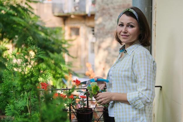 Femme s'occupant de plantes en pot à la maison