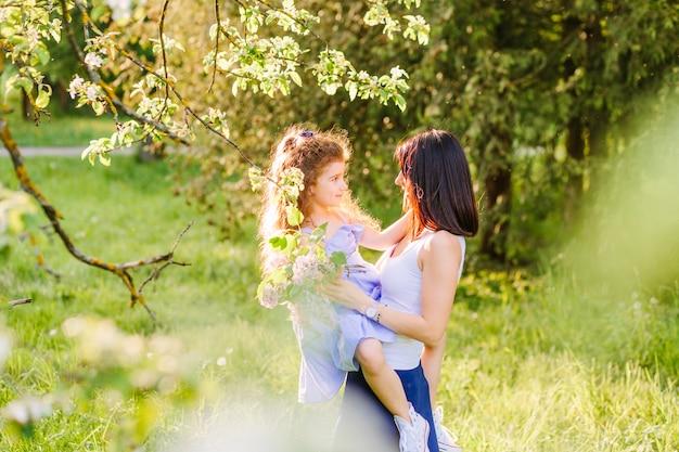 Femme avec sa fille tenant des fleurs