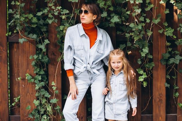Femme avec sa petite fille dans la cour arrière