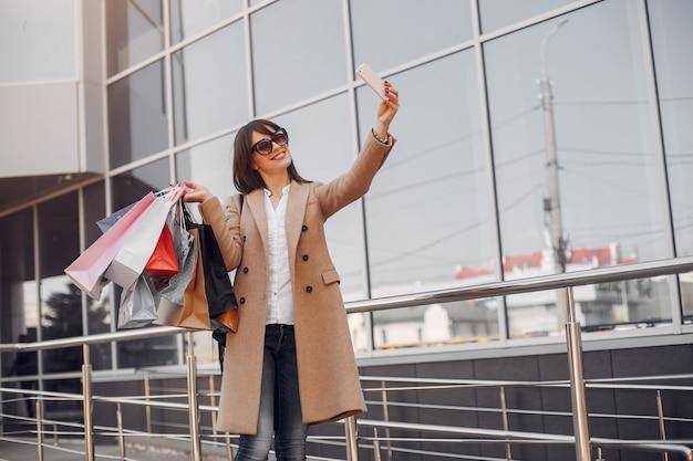 Femme avec un sac dans une ville
