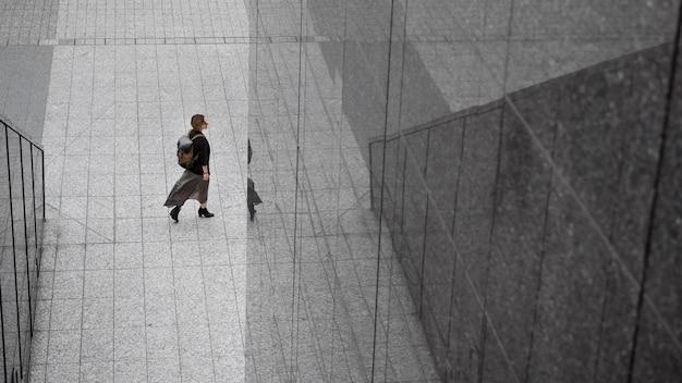 Femme avec sac à dos dans un environnement moderne