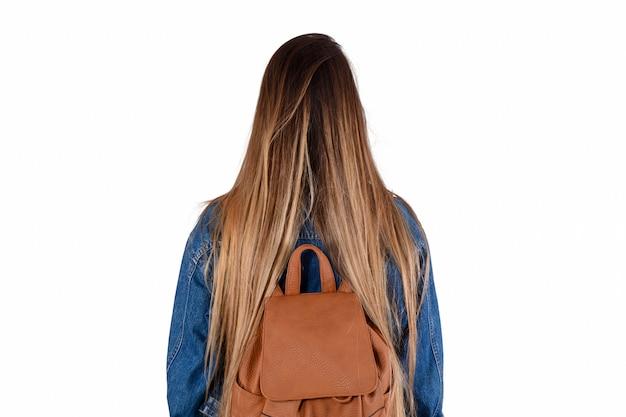 Femme avec sac à dos sur le dos
