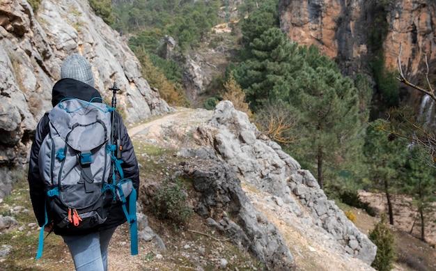 Femme avec sac à dos explorant la nature