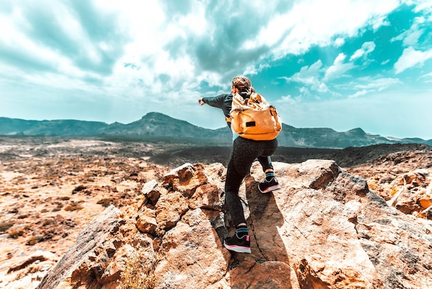 Femme avec sac à dos randonnée dans les montagnes