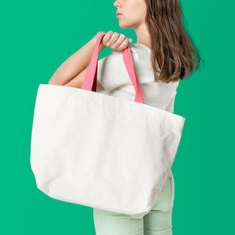 Femme avec sac fourre-tout blanc