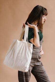 Femme avec un sac fourre-tout