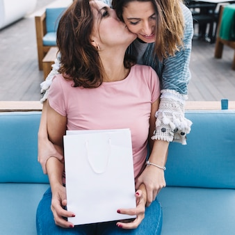 Femme avec sac en papier baiser femme