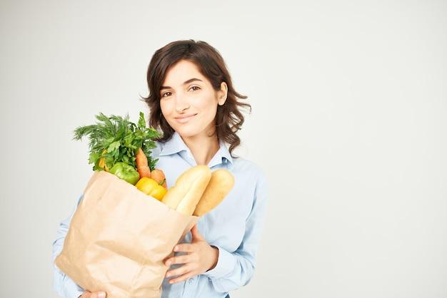 Femme Avec Sac En Papier De Mode De Vie Supermarché D'épicerie Photo Premium