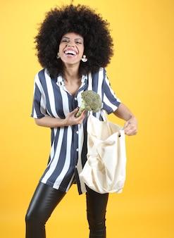 Femme avec sac de tissu et légumes