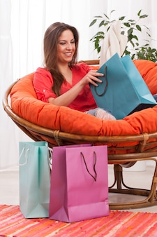 Femme avec des sacs à la maison