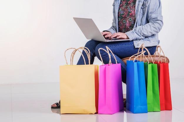 Femme avec des sacs à provisions colorés