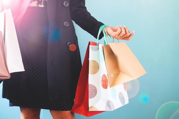 Femme avec des sacs à provisions sur les mains, concept commercial, vendredi noir, jour de thanksgiving