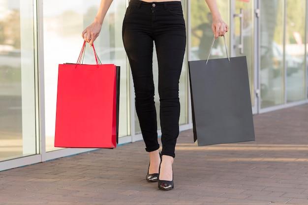 Femme et sacs à provisions