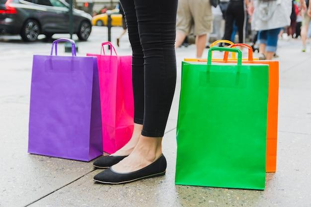 Femme, à, sacs shopping, sur, passerelle