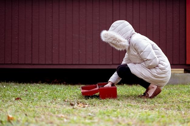 Femme saisissant les outils d'une boîte à outils
