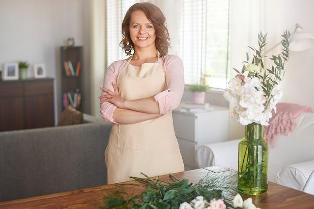 Femme satisfaite avec arrangement floral