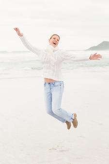 Femme sautant dans les airs