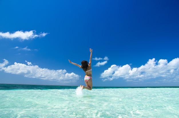 Femme, sauter, mer