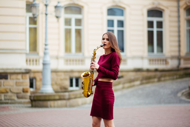 Femme, saxophone, rue